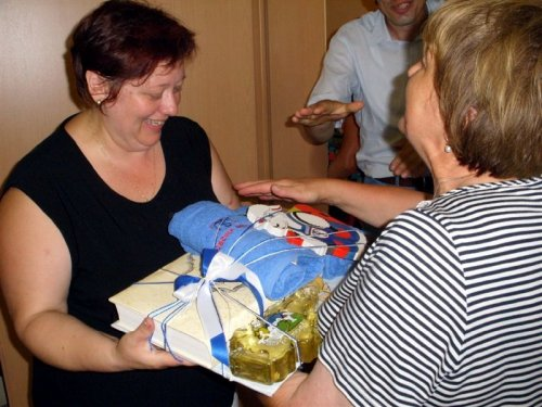 Predsednica TD Mengeš izroča darilo predsednici TD Cekar