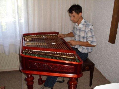 Brat od g. Tihomirja nam je zaigral na cimbale