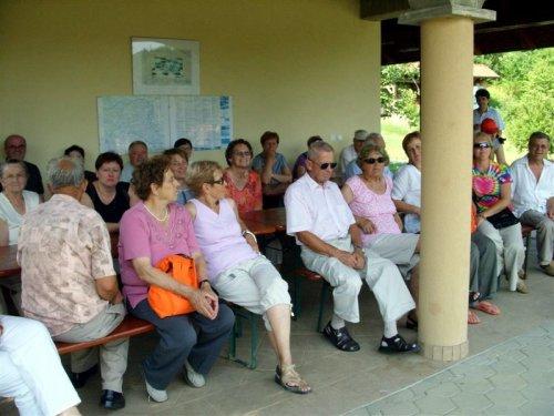 Udeleženci pozorno poslušajo zanimljivo predavanje o čebelah