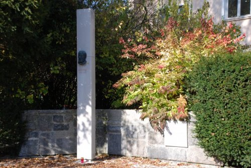 Spomenik Janezu Trdini, na Trdinovem trgu v Menšu