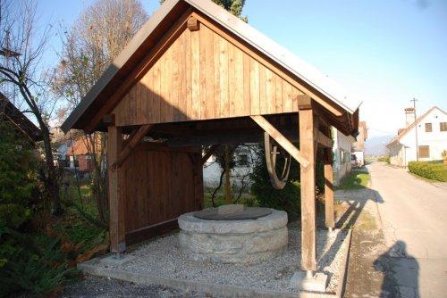 Spomenisko zasciteni vodnjak na vreteno v Topolah